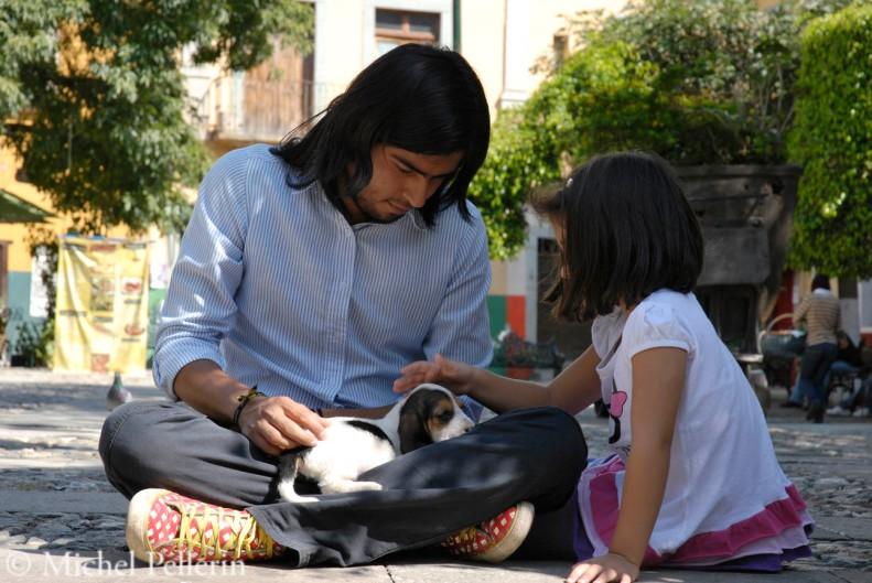 Un jeune père et sa fille apprennent à aimer ce petit chien.