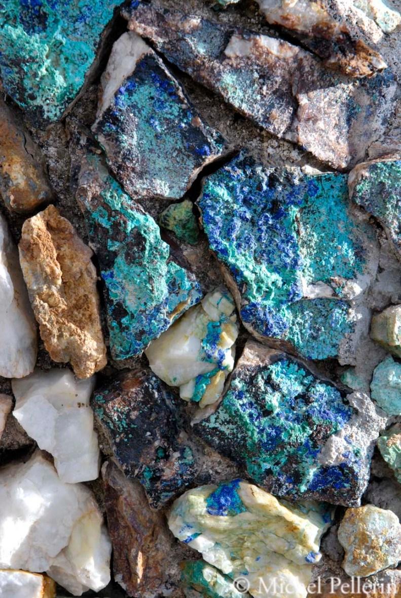 Détail du muret de la fontaine où le minerai s'exprime par sa couleur
